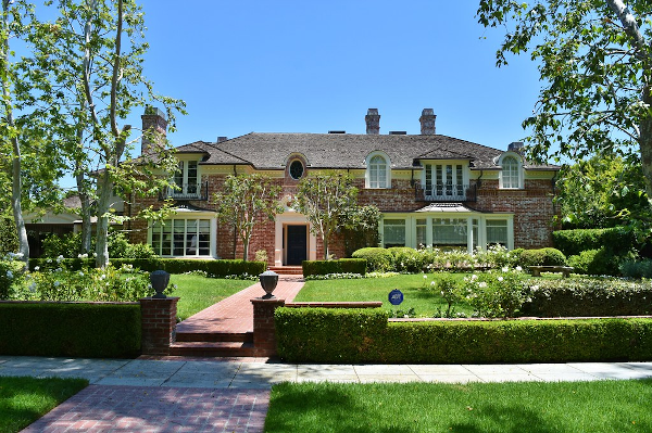 Photo of Jack Benny's former home at 1002 N. Roxbury Drive in Beverly Hills, California